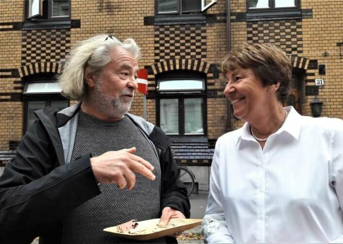 Frode Antonsen og Marianne Borgen har begge fått bruk for sjakkens tankegang i jobben. Legg merke til sjakkmønsteret på veggen i huset. Foto: Anders Høilund