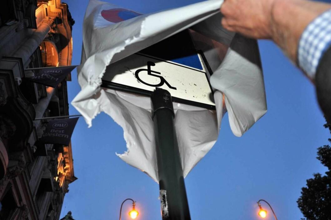 Skiltet på Karl Johans gate der bymiljøetaten har tredd en plastpose med forbudssymbol over handikapp-symbolet. Foto: Arnsten Linstad