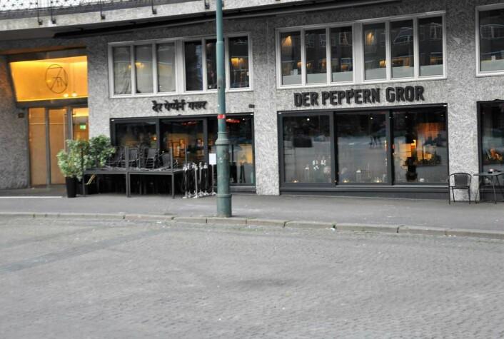 """Her, foran serveringsstedet """"Der pepper`n gror"""" lovet byrådet å gjenopprette handikapp-parkering før sommeren. Fortsatt er ikke skiltene på plass. Foto: Arnsten Linstad"""
