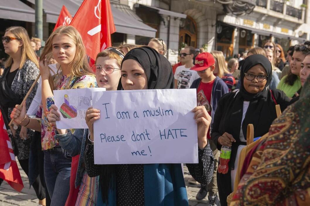Jeg er en muslim. Vær så snill, ikke hat meg, sot det på plakaten en av demonstrantene mot rasisme bar. Foto: Morten Lauveng Jørgensen