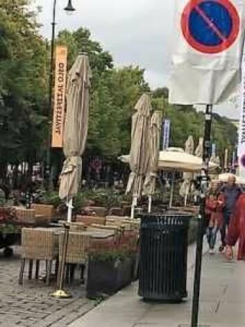 Her er bildebeviset på at handikapp-parkering ble gjort om til uteservering på Karl Johans gate i sommer. Byrådet hevder plassene ble fjernet av sikkerhetsgrunner. Foto: Handikapforbundet