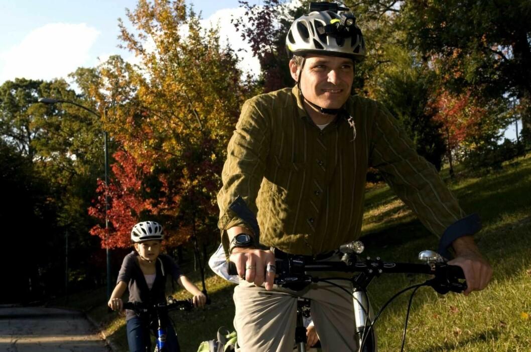 Pappa tar med barna på sykkelturen ut i høsten. Foto: Pixnio