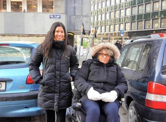 Her poserer miljø- og samferdselsbyråd Lan Marie Nguyen Berg (MDG) med Handikappforbundets Magnhild Sørbotten i februar i år. Da lovet byråden at det skulle blir flere handikapp-plasser i Oslo sentrum. Foto: Tarjei Kidd Olsen