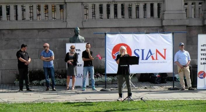 Rundt 10 personer deltok på markeringen til Sian foran Stortinget. Foto: Christian Boger