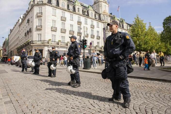 Et stort oppbud av politi var møtt opp foran Stortinget for å beskytte Stopp islamiseringen av Norge. Foto: Morten Lauveng Jørgensen