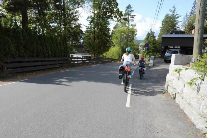 Mor og barn på sykkeltur. Foto: NAF