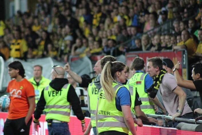 LSK supportere er sinna på dommeren. Foto: André Kjernsli