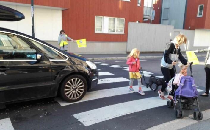 Selv med aksjonistene som skolepatrulje, oppstår det farlige situasjoner når folk skal over Strømsveien. Foto: Anders Høilund