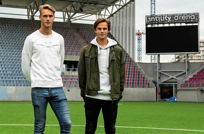 Magnus og Felix synes det er helt fantastisk å spille foran et fullsatt Vålerenga stadion. Foto: Morten Lauveng Jørgensen