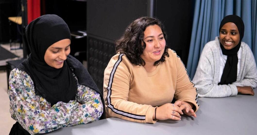 Ungdomskafeen Central Park på Tøyen har blitt en suksess. Der arbeider blant annet Uzma (20), Jasmine (19) og Hooda (18). Foto: Gideon Ngala