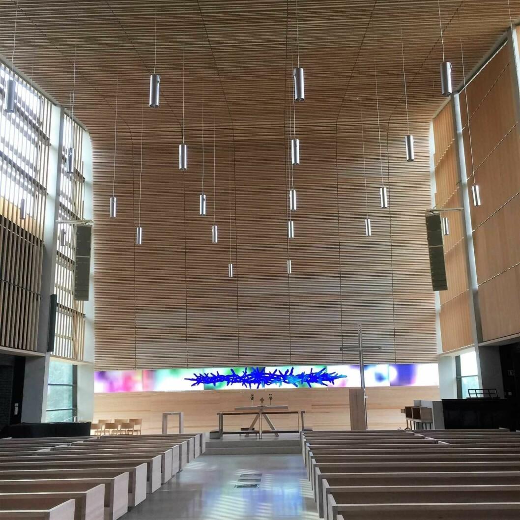 Lyst trevirke og naturlig lys kombinert med et luftig rom står i kontrast til stein og metall på yttervegger. Foto: Kjertsi Opstad