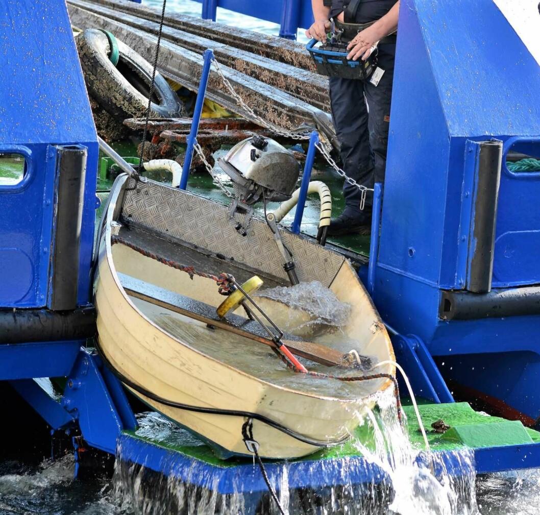En ti fots jolle med en tilsynelatende komplett utenbordsmotor ble fisket opp fra sjøbunnen rett utenfor Vippetangen. Foto: Olga Andresen