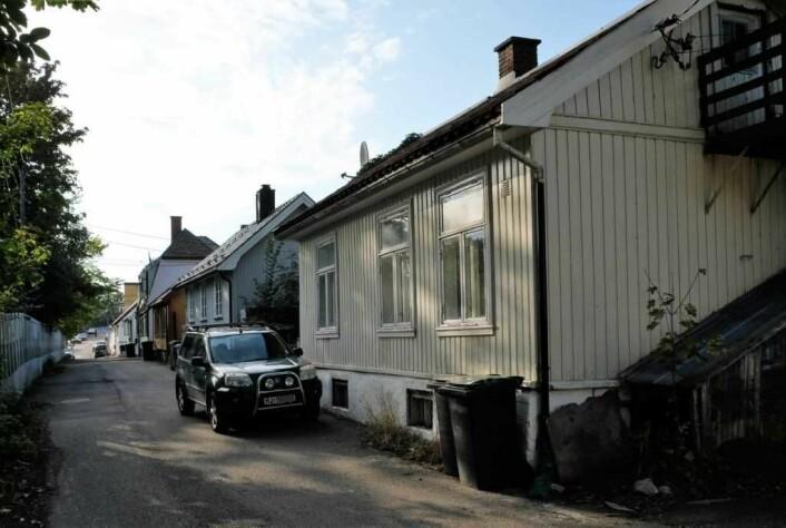 """Det er blant annet her på den såkalte """"hylla"""" i Enebakkveien BaneNor ønsker å rive verneverdige hus for å få plass til det nye dobbeltsporet gjennom Kværnerdalen. Foto: Christian Boger"""