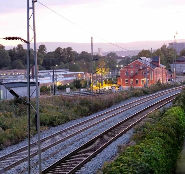 Kapasiteten på togsporene i Brynsbakken er i dag oppbrukt. Derfor ønsker BaneNor å bygge to nye spor. Foto: Christian Boger