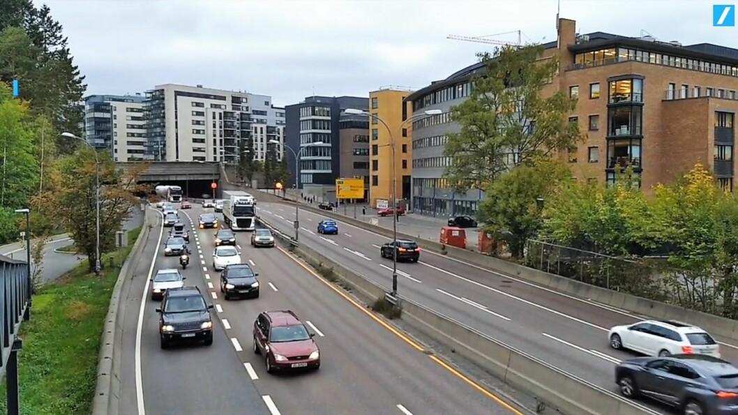 Rundt 150 biler aksjonerte mot bompenger på torsdag. De kjørte i 10-20 km/t fra Skøyen til sentrum. Foto: Marius Stenberg / ABC nyheter