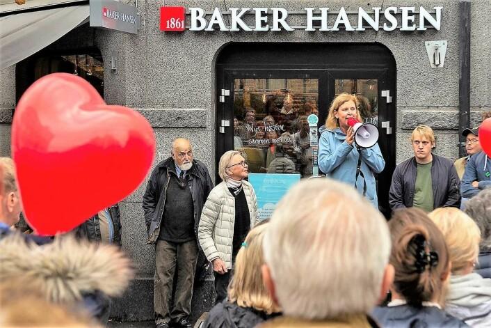 Ikke bare gikk Camilla Wilhelmsen i sitt livs første demonstrasjonstog, hun holdt også appell mot flytting av Briskebytrikken. Til venstre i bildet står Høyres Hermann Kopp lent mot veggen til Baker Hansen i Skovveien. Foto: Morten Lauveng Jørgensen