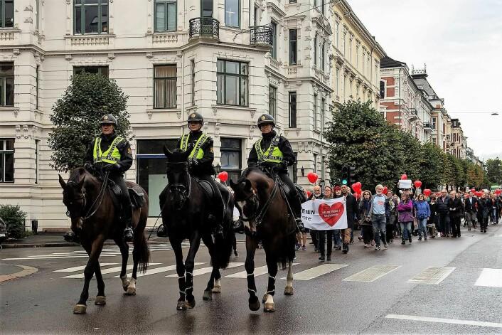 Ridende politi foran demonstrantene på vei ned Skovveien. Omlag 300 mennesker protesterte tirsdag mot trikk i Skovveien. Foto: Morten Lauveng Jørgensen