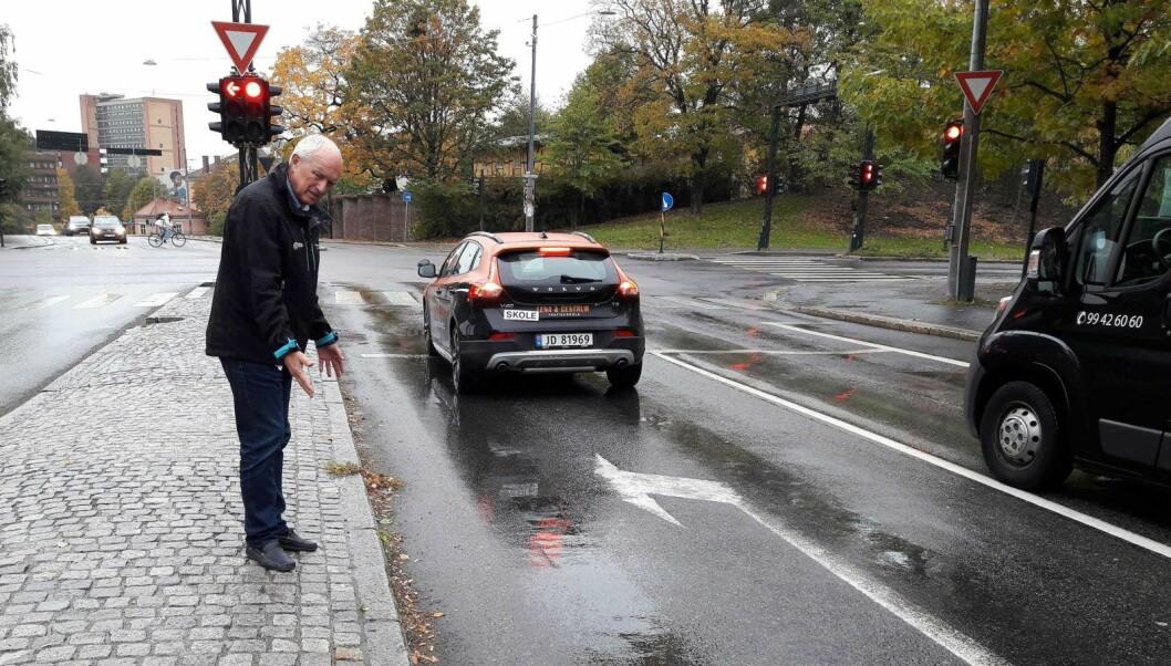 �Se her, sier ruskengeneral Jan Hauger. Sneiper, snusposer og sigarettpakker har blitt kastet ut av bilvinduene. Dette er forsøpling, og giften og mikroplasten fra dette blir med overvannet ut i Oslofjorden. Foto: Anders Høilund