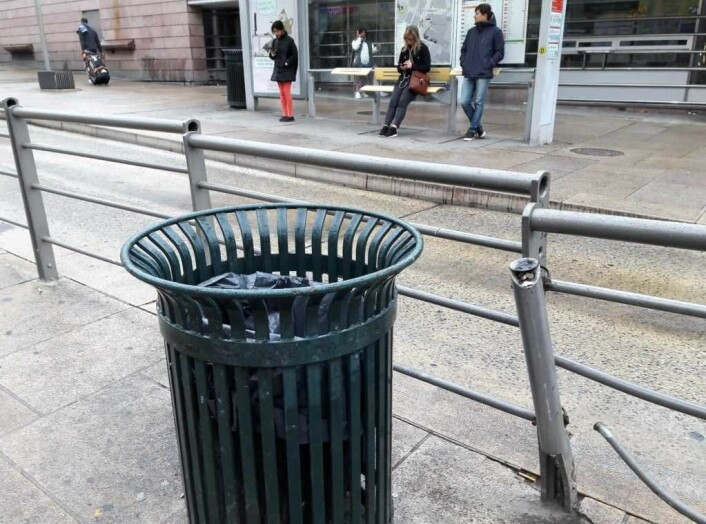 Søppeldunken kjenner alle til, men at røret til høyre for den er til å kvitte seg med sigarettsneiper er ikke like opplagt. Røret har dessuten vært fullt i lengre tid. Foto: Anders Høilund