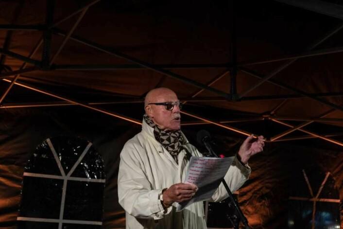 Skuespiller Ola B Johannessen leste det rasende umoderne diktet, Elvira av Olaf Bull. Foto: Erik Haukebø