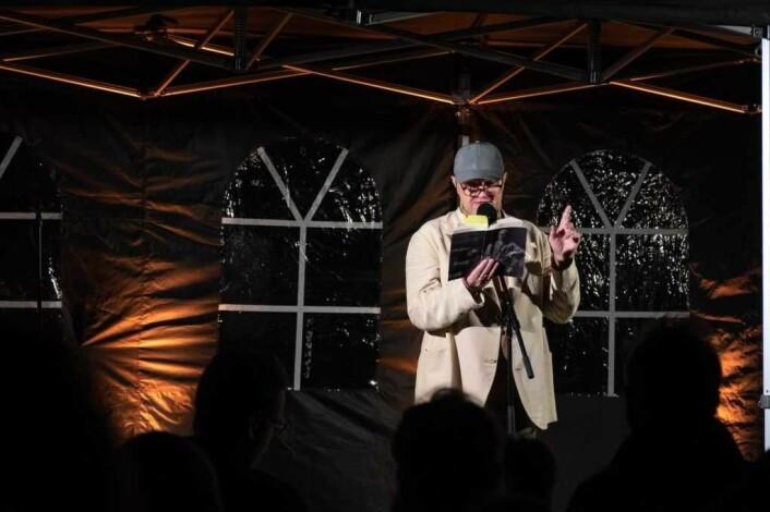 Med venstre hånd som taktstokk leser forfatter og musiker Terje Dragseth Bulls dikt Metope. Foto: Erik Haukebø