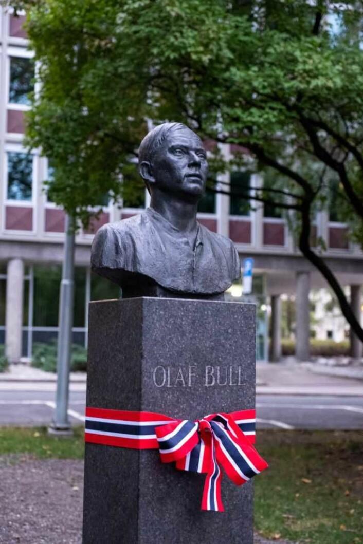 Joseph Grimelands byste av dikteren Olaf Bull står nå på Olaf Bulls plass på Skillebekk. Foto: Erik Haukebø