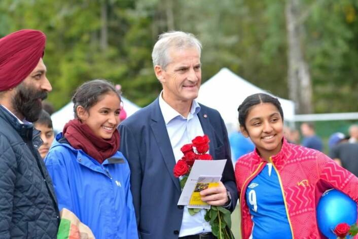 Mange ville bli tatt bilde av sammen med AP-leder Jonas Gahr Støre. Foto: Olga Andresen