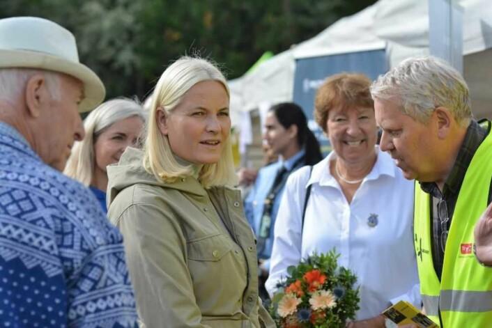 Initiativtaker Hans-Kristian Ringvold forteller kronprinsessen hvordan Dagsravnene hjelper ungdom i området. Foto: Olga Andresen