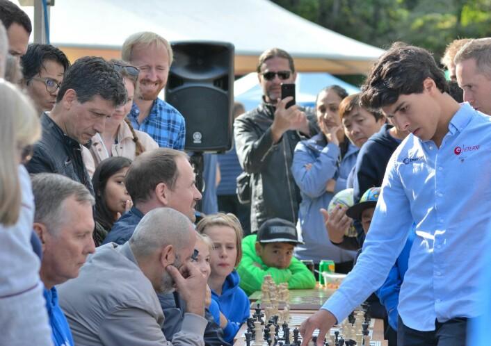 Junior-verdensmester i sjakk, Aryan Tari, blir utfordret av 17 motstandere. Foto: Olga Andresen