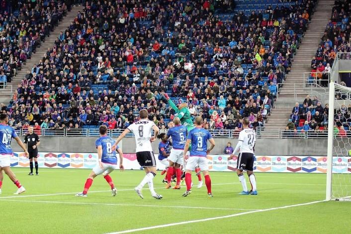 Adam Kwarasey klarerer en RBK-corner. Foto: André Kjernsli
