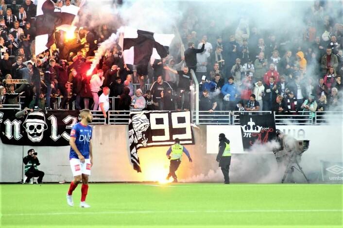 RBK-fansen kastet bluss inn på banen. Foto: André Kjernsli