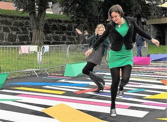 Dansende byråder feirer bilfri satsing. Frem til i fjor lå Tøyenløftet under daværende helse- og sosialbyråd Inga Marte Thorkildsen (SV). Nå er det byutviklingsbyråd Hanna E. Marcussen (MDG) som har overtatt ansvaret. Foto: Marie Loe Halvorsen
