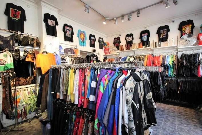 Det lille lokalet er overvfylt med klær på vegger og stativer. Foto: André Kjernsli