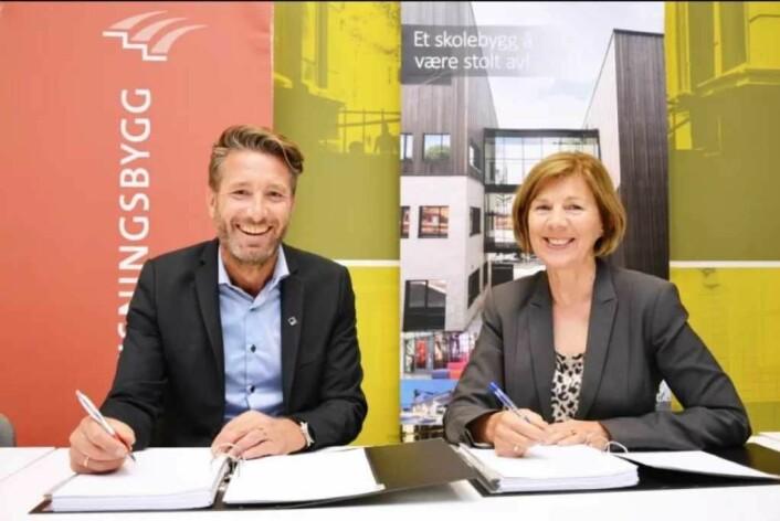 Kontraktsignering: Erik Økland i Veidekke og Rigmor Helene Hansen i Undervisningsbygg signerer kontrakten for nye Ruseløkka skole. Foto: Undervisningbygg