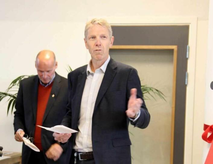Boligbyggs tidligere direktør Jon Carlsen mistet tittelen, men har beholdt Oslo kommunes topplederlønn på 1.169.000 kroner årlig. Til venstre, bak Carlsen, står daværende næringsbyråd i Oslo, Geir Lippestad (Ap). Foto: Boligbygg