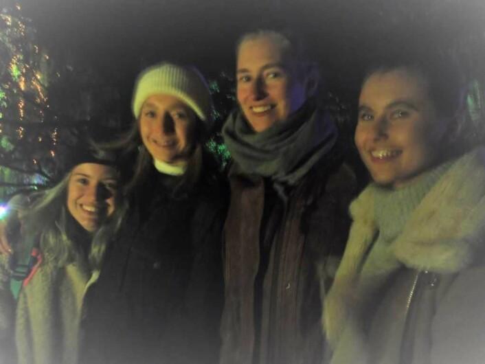 Fra venstre: Lotte Henningsen, Isabell Prytz, Heidi Ellstad og Madeleine Åbyholm brukte en hel dag med å pakke inn Isabell i tape for å lage sin lysende danserinne. Foto: Anders Høilund
