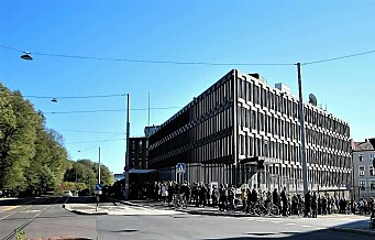 Kø rundt kvartalet under åpen dag i USAs gamle ambassade.