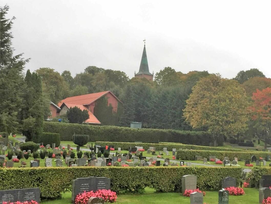 Østre Aker kirke ligger vakkert til på en høyde. Men skjemmes av bilstøy fra omkringliggende motorveier. Foto: Kjersti Opstad