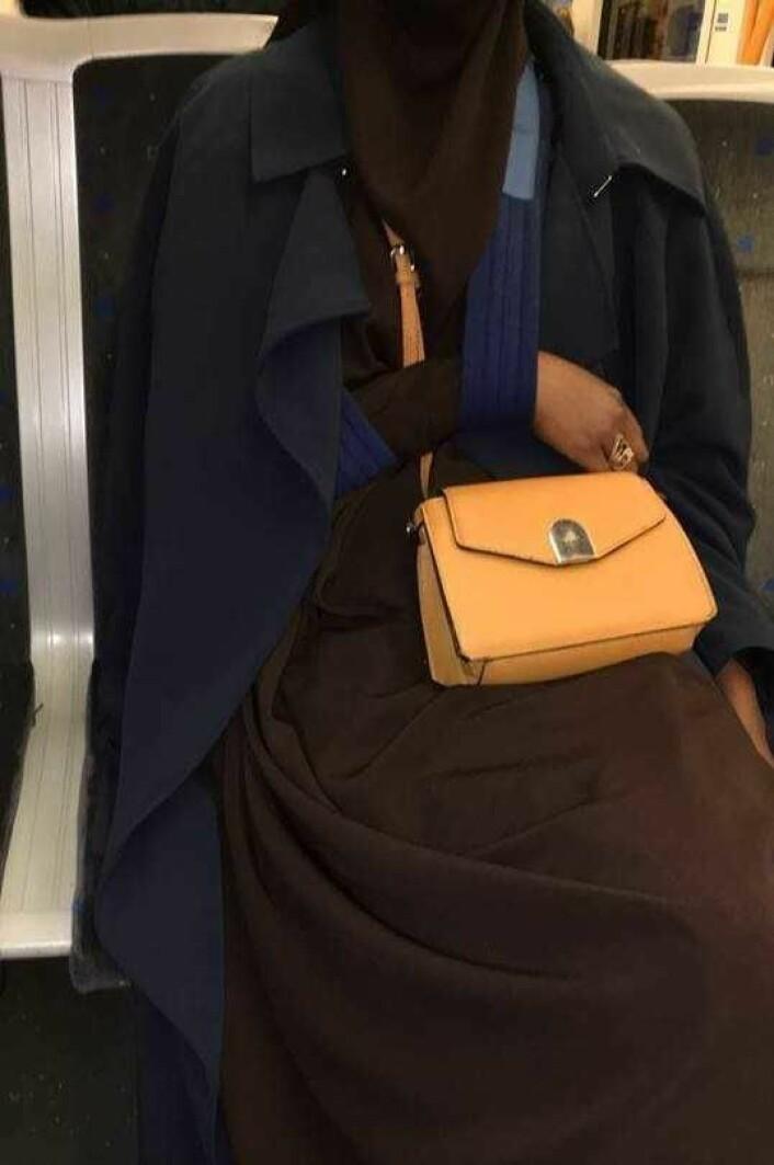 Etter angrepet må Faisa Warsame gå med armen i fatle. Foto: Privat