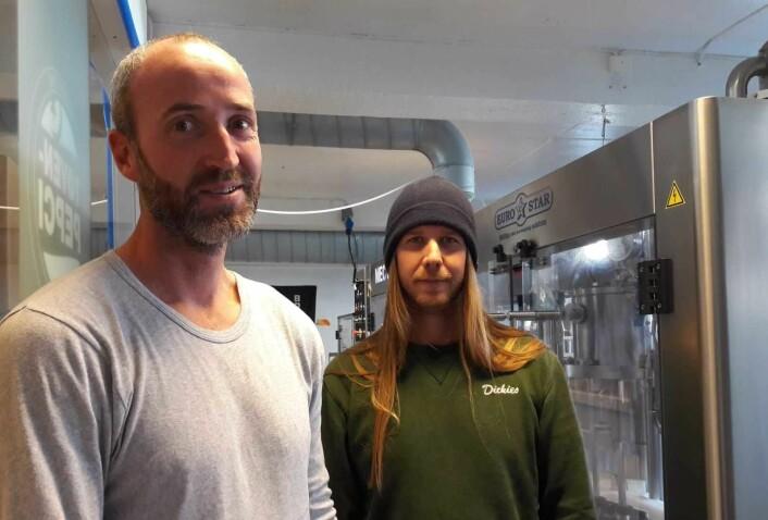 Jarle Hollerud (t.v) og Rikard Svensk i O. Mathisen har bestilt 20.000 nye etiketter med det nye navnet. Nå vil de ikke bøye seg for presset fra Coca-Cola. Foto: Anders Høilund