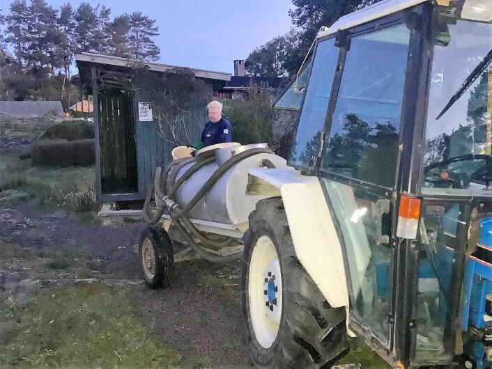 Både turister og øyfolkets etterlatenskaper må manuelt fylles over i septiktank som trekkes av en traktor ombord på båt til fastlandet. Foto: Hanne Finstad