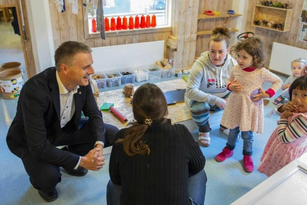 Næringsbyråd Kjetil Lund møter barna i Hamna barnehage. Foto: Morten Lauveng Jørgensen