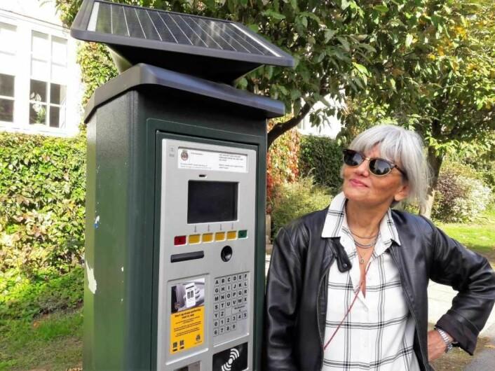 Angela Amoroso, fra Jessenløkken, mener at parkeringsautomaten burde stått ved butikkene i Jacob Aallsgate gate ved Schwach gate. Da hadde den vært lettere å finne for kundene som parkerer der. Foto: Anders Høilund