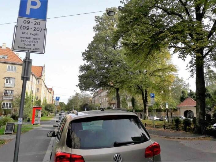 Bymiljøetaten mener det ikke er tilstrekkelig med ett skilt for å markere at det er beboerparkering i Jacob Aalls gate mellom Suhms gate og Schwachs gate, men at det trengs et parkeringsskilter ved hvert portrom på strekningen. Foto: Anders Høilund