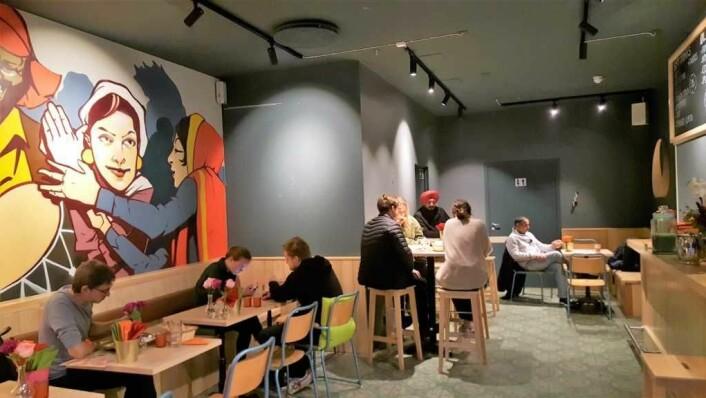 Det var avslappet stemning men folk ved mange av bordene når VårtOslo var på besøk i går kveld, på åpningsdagen. Foto: Tarjei Kidd Olsen
