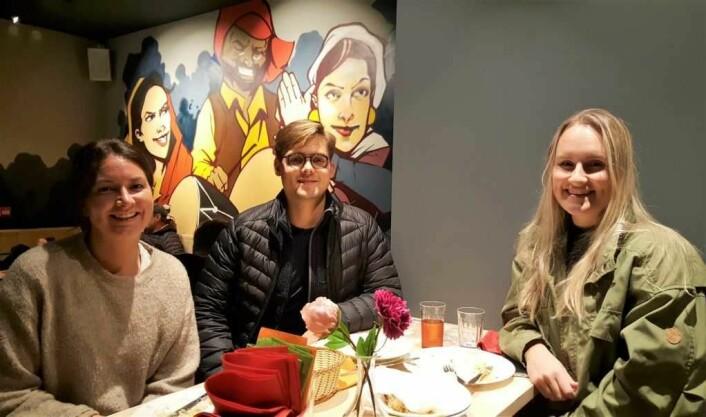 Mettede gjester fra venstre: Hedda Hatløy Kristiansen, David Andresen og Camilla B. Nicolaisen på Punjab Tandoori i går kveld. Foto: Tarjei Kidd Olsen