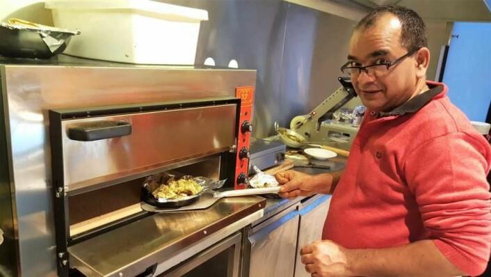 Kjøkkensjef Deepak Rana i sving på det nye kjøkkenet i Hausmanns gate i går. Foto: Tarjei Kidd Olsen
