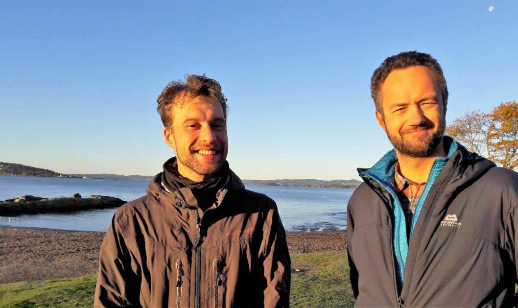 Adam Tumidajewicz (tv) og Arne Haabeth fra Frogner MDG nyter høstsola på vakre Huk. De ser fram til at publikumsfasilitetene på badeplassen blir bedre. Foto: Anders Høilund
