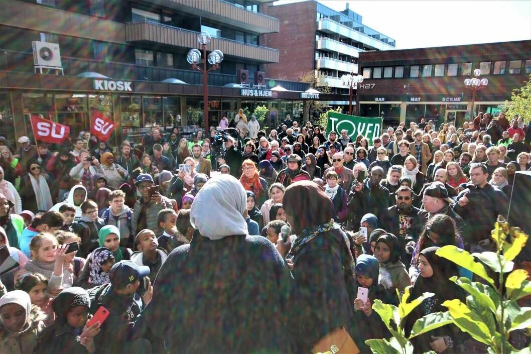 Her på Tøyen torg ønsker den islamofobe organisasjonen SIAN å holde en stand i september Bildet er fra en tidligere demonstrasjon mot rasisme på samme sted.   Foto: André Kjernsli