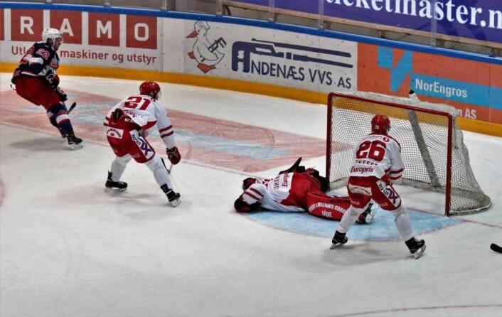 Martin Røymark til venstre i bildet, har akkurat satt inn Enga sin 4. scoring. I undertall. Foto: André Kjernsli